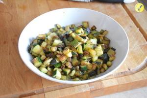 Zucchine tagliate a cubetti e cotte per la pasta fredda